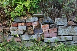 Eine Steinmauer als Insekten-Hotel